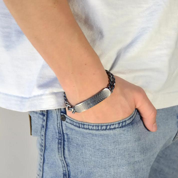 Ci sono migliaia di modelli di bracciali realizzati con materiali diversi  per poterli abbinare a qualsiasi look 94d8eb05be14