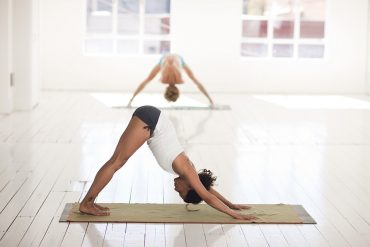 Yoga: ritrovare la forma con le asana allenandosi da casa
